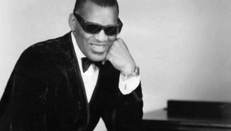 Ray_Charles_classic_piano_pose